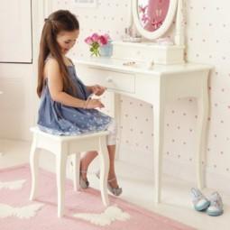 ein schminktisch f r kleine prinzessinnen. Black Bedroom Furniture Sets. Home Design Ideas