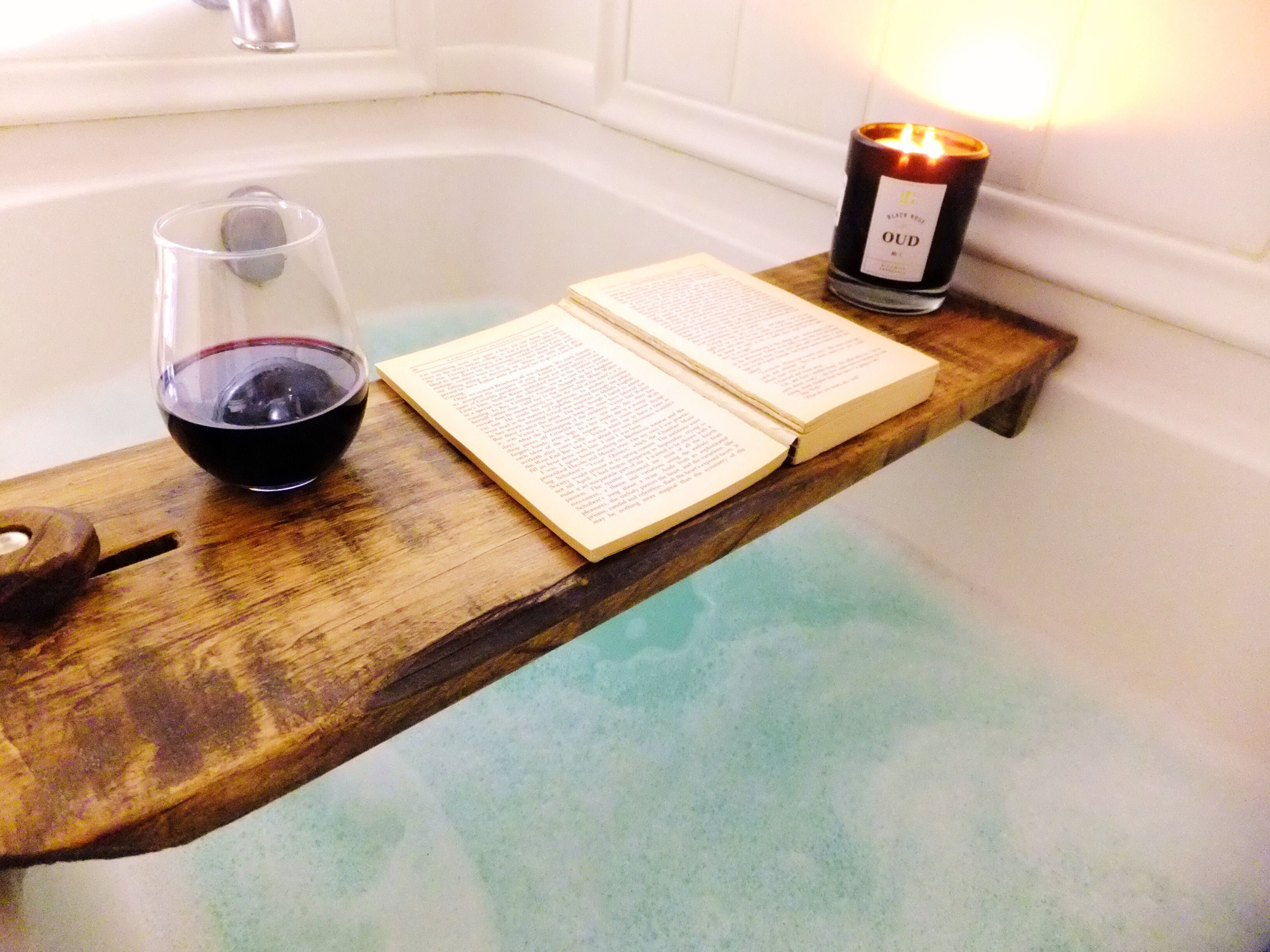 holzbrett f r die badewanne als ein stilvolles deko element. Black Bedroom Furniture Sets. Home Design Ideas