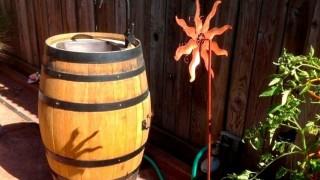 Gartendeko holz weinfass outdoor waschbecken garten windrad spielzeug.jpg