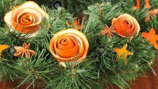 18042277 weihnachten kranz mit rosen aus trockenen orangenschalen dekoriert auf holztisch lizenzfreie bilder.jpg