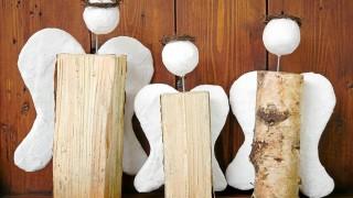 Drei Engel aus Holzscheiten