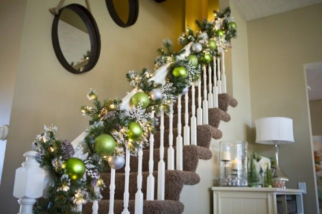 weihnachtsdeko und ideen girlande gruen silber kugeln flur - Weihnachtsdeko Garten Ideen