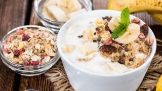 Joghurt mit banane und muesli 596x384.jpg