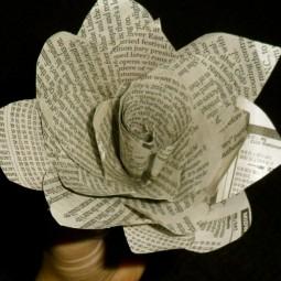 Basteln zeitungspapier blume ausschneiden rollen gestalten deko rose verkleben.jpg