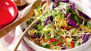 Yum yum salat asiatisch petersilie kohl paprika nudeln teller stoftuch teller sosse 350x210.jpeg