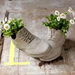 Blumen in alten schuhe grau weiss blueten ideen.jpg