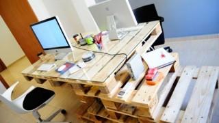 Schreibtische aus europaletten stufenfoermige paletten.jpg