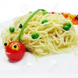 20920176 kreative spaghetti essen garnieren mit wurst marienk fer form lizenzfreie bilder.jpg