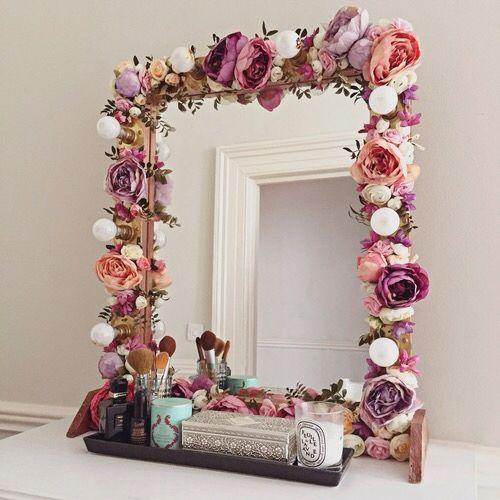 spiegel mit k nstlichen blumen aufpeppen. Black Bedroom Furniture Sets. Home Design Ideas
