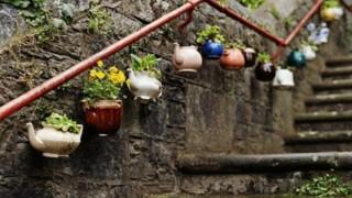 Gartendeko basteln blumentoepfe neben die treppen aufhaengen.jpg