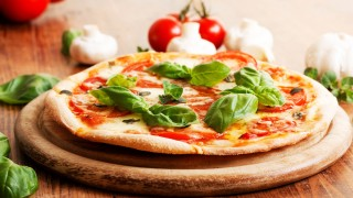Headerarticle106_pizza margherita auf holzbrett.jpg