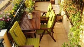 Kleine terrasse gestalten in gruen mit terrassenmoebel aus holz e1430821809882 1.jpg