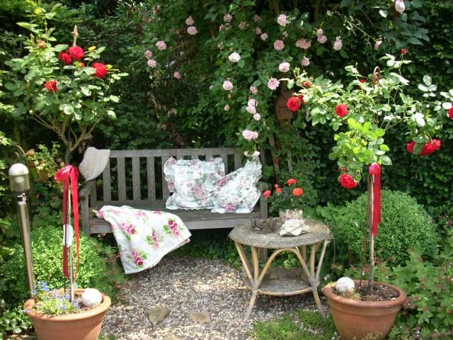romantische sitzecke im garten. Black Bedroom Furniture Sets. Home Design Ideas