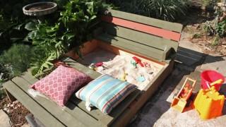 Selber bauen sandkasten deckel holzbretter gruen rot dekokissen strand spielzeug 1.jpg