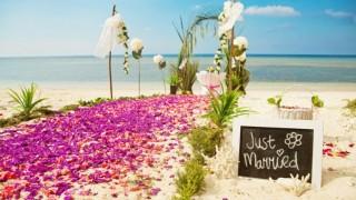 Hochzeitsideen feier sommer strand strandhochzeit romantisch sommerlich blueten traualtar.jpg