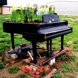 Old piano garden flowers3.jpg
