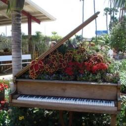 Old piano garden flowers5.jpg