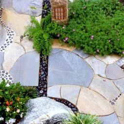 Bodenbelag garten gehweg natursteinplatten luecken mosaik schwarze ziersteine.jpg