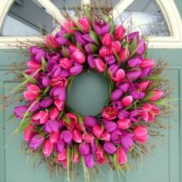Blumenkranz rosa auffaellig haustuer.jpeg