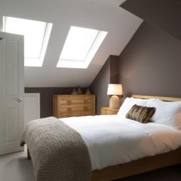 Dachschraege mit fenstern schlafzimmer wandgestaltung dunkler anstrich.jpeg