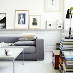 Graues sofa metall tisch buecher skandinavische einrichtung.jpg