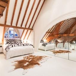 Schlafzimmer dachschraege gestalten modern ideen schrank spiegeltuer.jpg