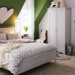 Schlafzimmer mit dachschraege gruene akzentwand schrank.jpg