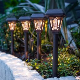 Was sind eigentlich diese alternativ beleuchteten Lampen? Das sind zum Beispiel Windlichter, Kerzen oder Gartenfackeln, die angezündet und in die Erde gesteckt werden.Natürlich könnt ihr die verschiedenen Leuchten auch miteinander kombinieren. So können wir den Weg zu unserer Haustür mit über Kabel versorgten Lampen erleuchten, während der Rest vom Garten zum Beispiel von Solarleuchten erhellt wird. Eine besonders märchenhafte und romantische Atmosphäre erzeugen Kerzen und Fackeln :)