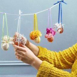 Bastelideen mit anleitung hängende dekoreiren vasenaus eierschalen kleine blumen gelber pulli deko mit blumen.jpg