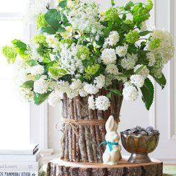 Basteln mit holz diy vase aus birkenholz grosser blumenstrauss deko mit blumen frühlingsdeko hase figur.jpg