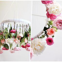 Deko ideen selbermachen diy mobile aus holzring weisser spitze und frühlingsblumen bastelideen mit anleitung.jpg